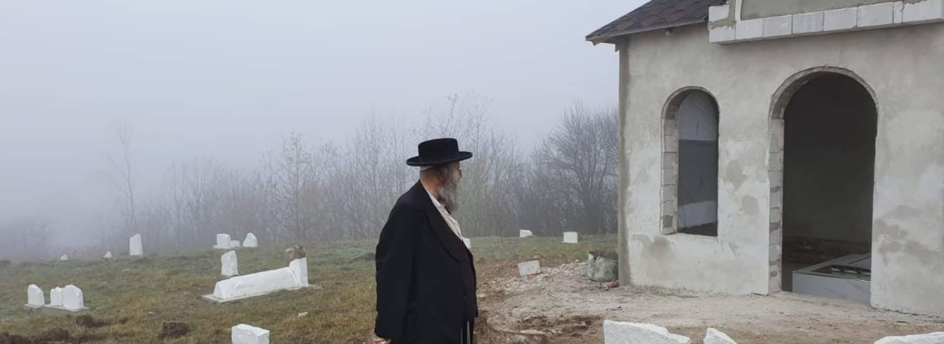 הרב-גבאי-עוקב-אחר-העבודות-בשטח-סליידר-ראשי