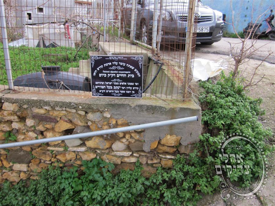 הרב ישראל מאיר גבאי בסיור בשטח בית הכנסת במהלך הבנייה