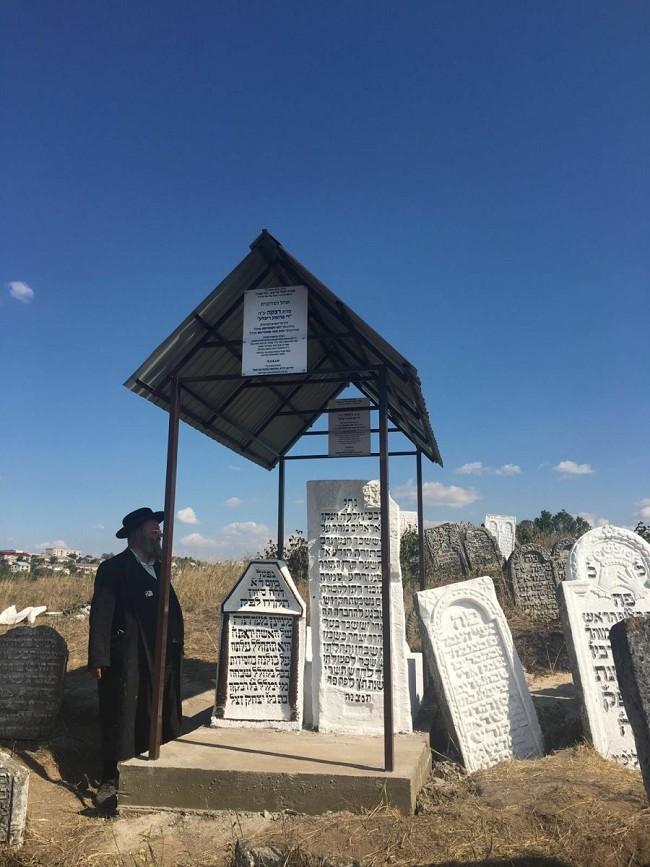 הרב ישראל מאיר גבאי בציון מרת 'די פרומע ריבלע' שנחשפה על-ידו בסטאנוב